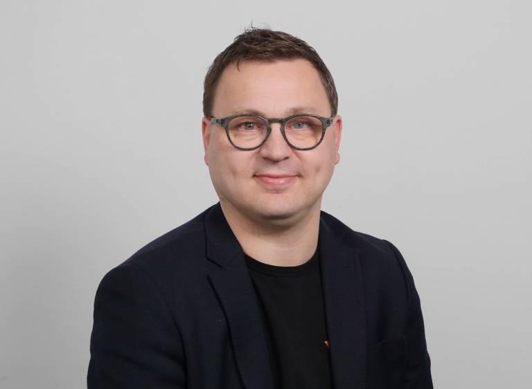 Kuvassa Elmon avainasiakasmyyjä Heikki Lampinen