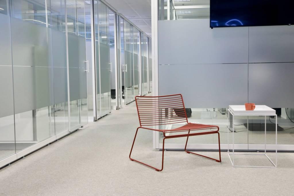 Toimiston käytävällä punainen tuoli