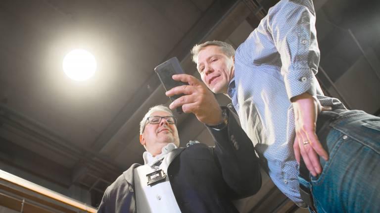 Kaksi miestä katsoo puhelinta